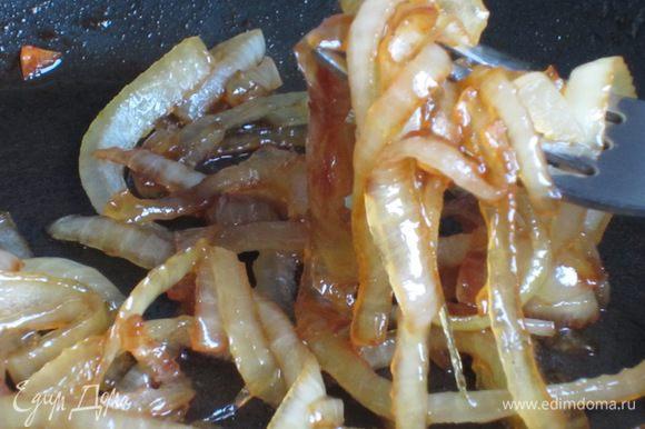 Добавить мед, перемешать и готовить еще 4-5 минут, постоянно помешивая.