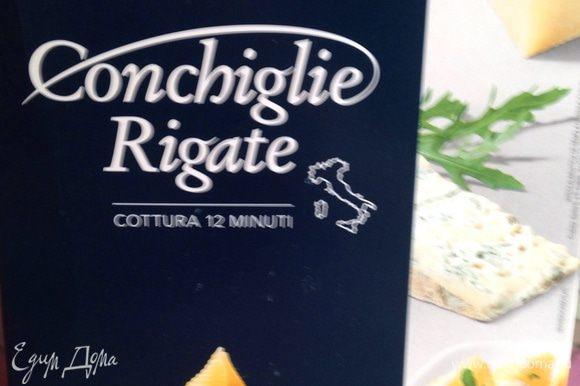 Пора отварить макароны barilla conchiglie rigate (ракушки). Следуя инструкции, варим ракушки 12 минут. Пока макароны варятся готовим печеночный паштет. Для этого готовую печень перемалываем в блендере или прокручиваем через мясорубку с добавлением сливочного масла для мягкости.