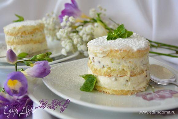После охлаждения выложить пирожное на блюдце, посыпать пудрой и украсить мятой.