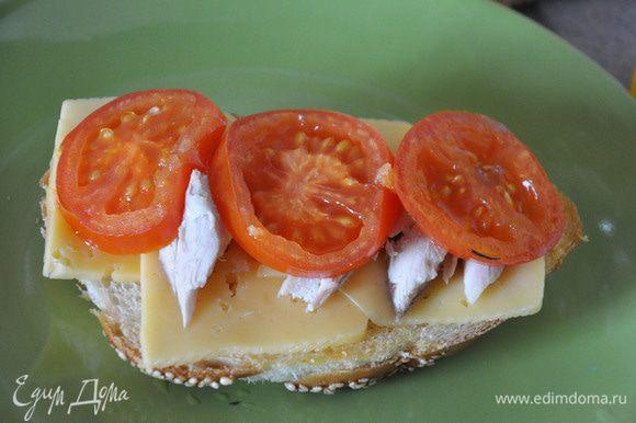 На хлеб сразу выложить кусочки сыра, сверху- кусочки курицы, потом -помидоры.