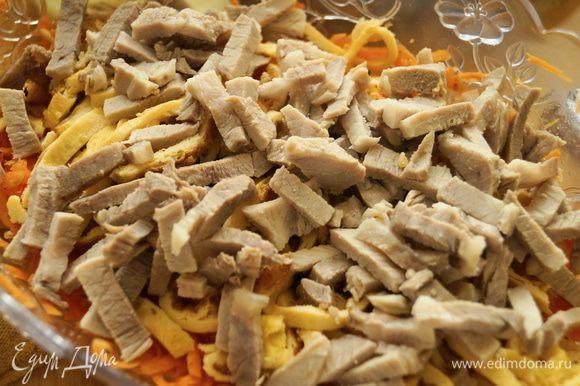 К морковке добавить нарезанное мясо и яичные блинчики, добавить мелко порубленный или выдавленный через пресс чеснок.