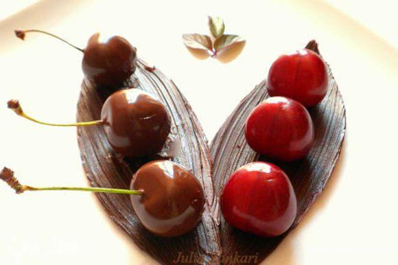 Делаем шоколадную лодочку смотрите здесь: http://www.edimdoma.ru/retsepty/55499-klubnichnye-tsvety-ili-klubnika-v-shokolade