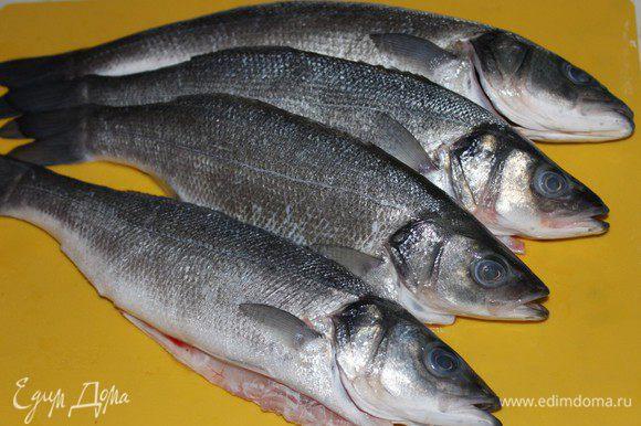 Рыбу помыть, очистить от чешуи, удалить кишки и жабры.