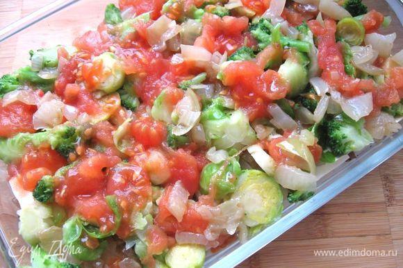 Затем положить помидоры. Посыпать пармезаном, сверху положить немного соуса бешамель.