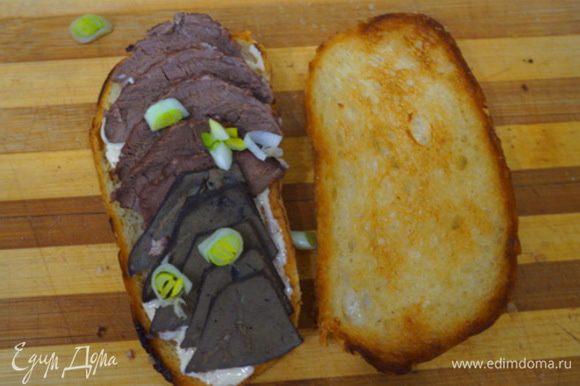 На майонез выкладываем готовый ливер, посыпаем луком, накрываем. Горячий бутерброд готов!