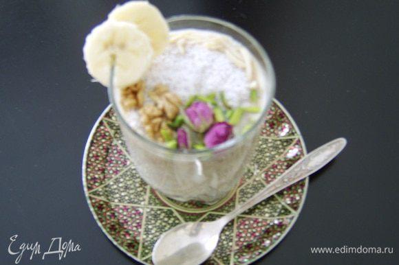 Разложить по бокалам или стаканам и украсить. У меня для украшения грецкие орехи, дробленый миндаль и фисташки, кокосовая стружка и сухие бутоны роз. Приятного аппетита!