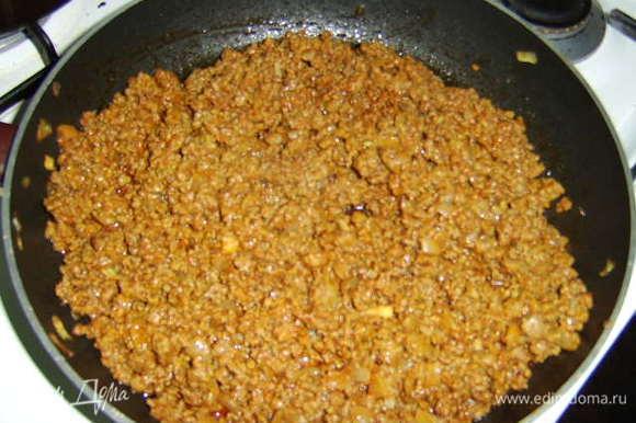 Лук мелко нарезать, обжарить на растительном масле до золотистого цвета, добавить фарш, соль, перец, куркуму, корицу, зиру (можно ее не добавлять), хорошо перемешать и обжарить. затем добавить 2 ст л томатной пасты и немного воды, накрыть крышкой и потушить до готовности. За 5-10 мин до выключения газа влейте половину шафрановой настойки и хорошо перемешайте.