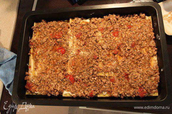 Взять форму, смазать оливковым маслом Buglioni, выкладывая листы внахлест, сверху сырный соус, затем томатный соус и продолжать слоями, в той же последовательности.