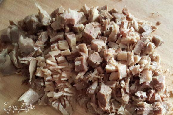 Сделать начинки. Сначала куриная начинка: Отварить курицу в подсоленной воде. Отлить треть стакана бульона для соуса. Вытащить курицу , очистить от костей и кожуры, нарезать мелко.