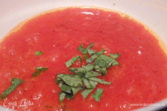 Соус: в сотейнике разогреть 2 ст. ложки оливкого масла, добавить зубчик чеснока, обжарить, затем чеснок убрать , добавить томатный соус и измельченный базилик, потушить 5 минут до загустения соуса.