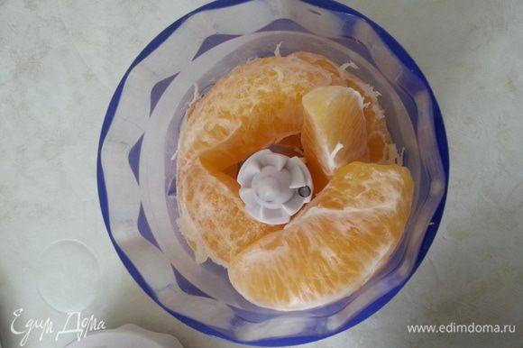 Хорошо моем апельсин. Заливаем его кипятком на 5 минут. Натираем цедру по вкусу, апельсин чистим. Целые дольки измельчаем с 2 ст.л. сахара (ложки без горки).