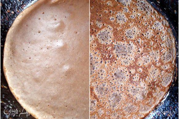 Выпекать блины обычным способом, с двух сторон. Первый раз, смазав сковороду маслом, далее это делать необязательно.