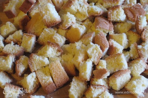 У оставшихся обрезков бисквита срезать темную корку (я не срезала) и нарезать на полоски, а затем на маленькие кубики и отложить их на украшение.