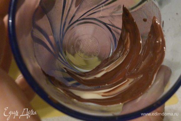 Для украшения вырезать лепестки из пергамента. Белый и черный шоколад растопить на водяной бане, слегка остудить. Намазать лепестки черным шоколадом, сверху сделать штрихи из белого шоколада. Положить лепестки внутрь стакана и поставить в холодное место для застывания. Желательно на ночь. Таблетка с надписью делалась также из белого шоколада, а надпись на ней карамельным карандашом.