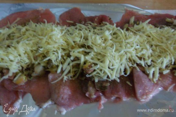 Сверху тертый сыр, как можно увидеть, я люблю начинку дать по-богатому. :)