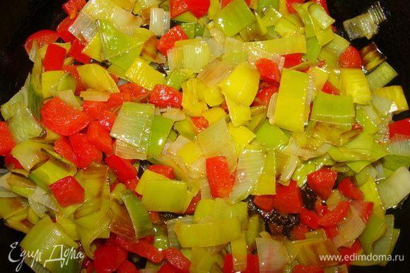 Порей и перец порезать и обжарить на растительном масле до полуготовности.
