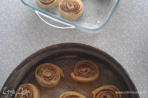 Форму смазать сливочным маслом. Расставить булочки не соприкасая их. Оставить на 40-50 минут, что бы тесто опять поднялось.