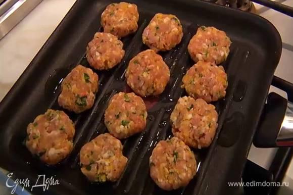 Разогреть в сковороде-гриль оставшееся оливковое масло и обжаривать котлетки по 2–3 минуты с каждой стороны.