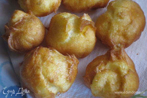 Выложить пончики на бумажное полотенце, чтобы оно впитало излишки жира.