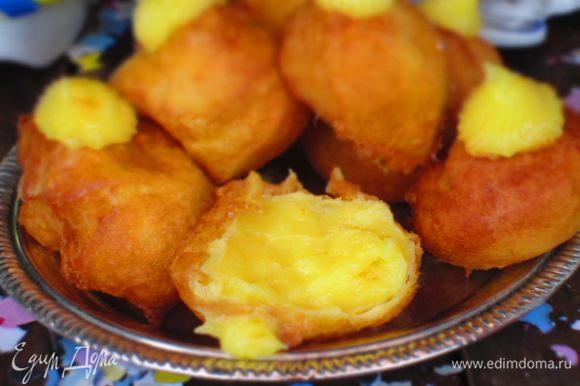 С помощью кондитерского мешка заполнить пончики кремом.По желанию можно посыпать сахаром. Приятного аппетита:)