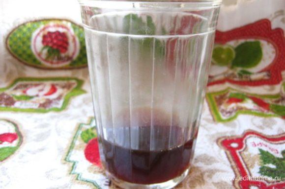 Теперь когда закваска готова, приступаем к приготовлению теста для хлеба. Сначала приготовить чайную заварку. Для этого вскипятить 60 мл воды и залить ею 3 ч. ложки черного чая. Дать завариться в течение 5-10 минут. Затем чай процедить и чайные листики отжать, чтобы получить всю жидкость без остатка.