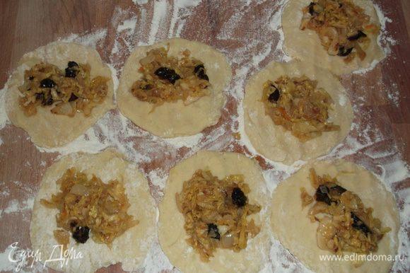 Каждый кусочек теста придавливаем ладошкой, чтобы получилась лепёшка, выкладываем начинку.