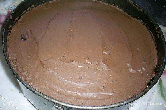 Теперь кладем последний корж сверху и смазываем шоколадным кремом с коньяком. Тортику желательно дать постоять в холодильнике минимум часа четыре. Я на этом этапе сделала перерыв до утра.