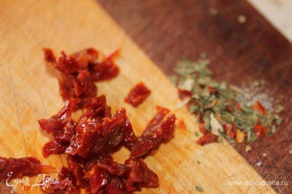 Вяленые помидоры нарезать на тонкие полоски, а затем на мелкие кубики. Смешать лук помидоры и травы.