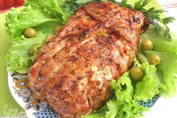 Положить курицу грудкой вверх на противень. Обмазать маслом. Запекать в духовке, разогретой до 190 градусов , по 20 минут на каждые 500 г веса плюс еще 15 минут. Во время запекания периодически поливать курицу выделяющимся соком.