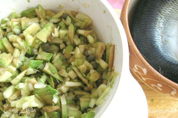 Добавить к салату, все перемешать. Три листика шпината поместить на несколько секунд в кипяток, затем сразу в холодную воду. Порезать. Добавить к салату.