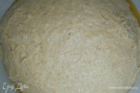 В воде растворить мед, и, постепенно вливая медовую воду в мучную смесь, замесить тесто, в конце добавить соль, смолотые семена укропа и масло. Тщательно вымесить в течении 15 минут (тесто должно быть немного липкое), выложить в смазанную маслом посуду, накрыть плнкой ( или влажным полотенцем) и дать подойти в течении 1 часа.