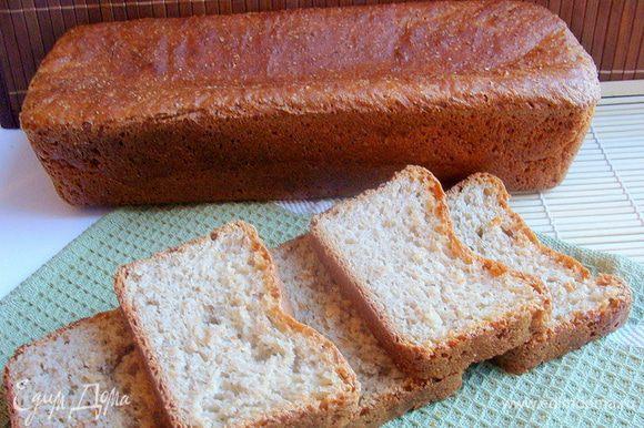 Когда в тесто добавляется мед, хлебушек получается всегда особенно красивого золотистого цвета. Сверху корочка хрустящая, остальное все очень мягкое и нежное.