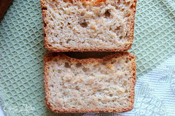 Структура хлеба чуть влажная и пористая.