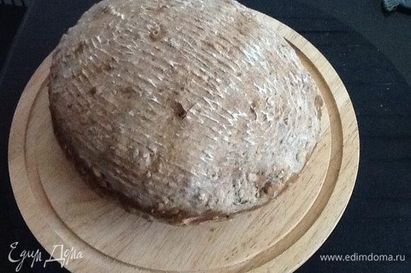 Разогреваем духовку до 200 градусов, хлебушек перекладываем на противень застеленный бумагой для выпечки и смазанный растительным маслом. Перед выпечкой духовку сбрызнете водой из пульвизатора. Выпекаем 20 минут, затем снижаем температуру до 180 и еще печем минут 25. В квартире витает очень вкусный аромат. После выпечки у хлебушка твердая корочка, я его прикрыла полотенцем и дала отдохнуть (чуть-чуть) очень хотелось попробовать! Мякиш влажный, корочка хрустящая и он свой домашний и без дрожжей! конечно он не идеален, но как говорится, лиха беда начало.