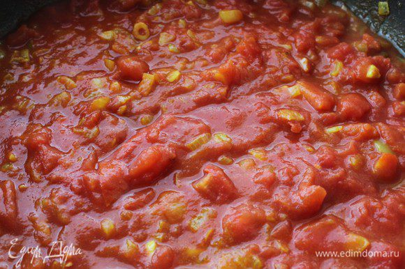 Добавить измельченные томаты вместе с соком, довести до кипения, приправить солью.