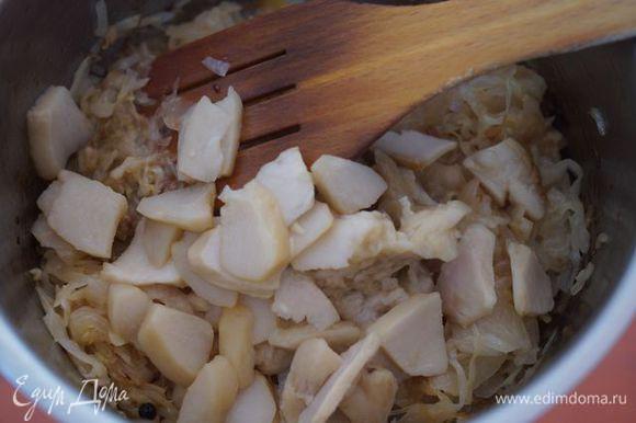 К луку добавить квашеную капусту и грибы, тушить на среднем огне минут 20.