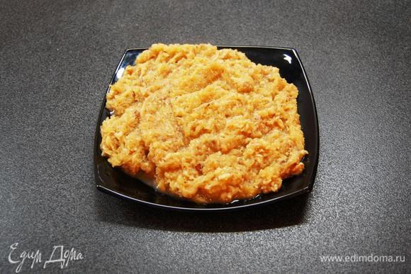 Для начинки, яблоко очищаем и трем на терке, или с помощью комбайна. Орехи подсушиваем на сковороде, и мелко рубим: с помощью ножа, или скалки, или блендера (но блендером не желательно...слишком мелкий помол). В маленькой кастрюльке разогреваем растительное масло, добавляем измельченную смесь специй (гвоздика+корица+мускатный орех+ванильный сахар) и быстренько перемешиваем. Добавляем яблоки и сахарную пудру. Тушим 5 мин. (возможно, вам покажется, что слишком много яблочного сока...не пугайтесь! в процессе остывания, смесь загустеет!) Выключаем огонь, добавляем орехи и тщательно перемешиваем. Начинку необходимо остудить до комнатной температуры.