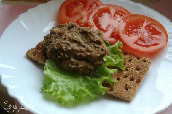 Паштет можно подавать как закуску с хлебом. Мне нравится с ржаными хлебцами.