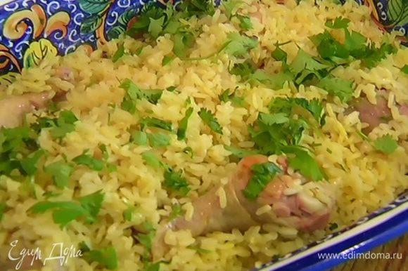 Готовый рис с цыпленком посыпать кинзой.