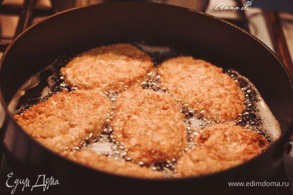 Делаем котлетки, обваливаем их в панировочных сухарях. Разогреваем сковороду с растительным маслом и начинаем жарить котлетки.
