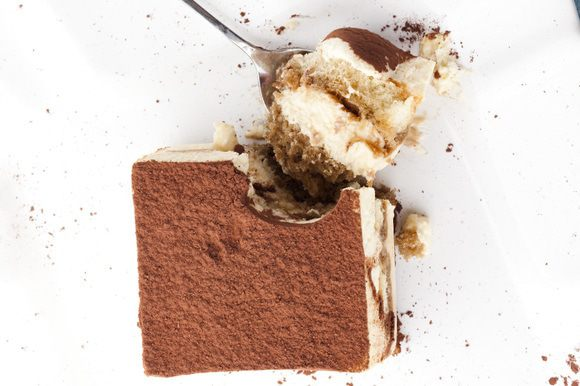 Выложить в фаянсовую или стеклянную форму один слой бисквита, сверху слой крема из маскарпоне, затем снова бисквит и снова крем (последним должен оказаться слой крема).