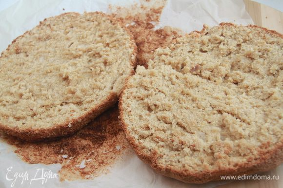 Бисквит остыл, можно разрезать его на два коржа. Мякиш кажется слегка влажным, но это не так, просто он масляный, сочный, мягкий, не требуется даже пропитка!