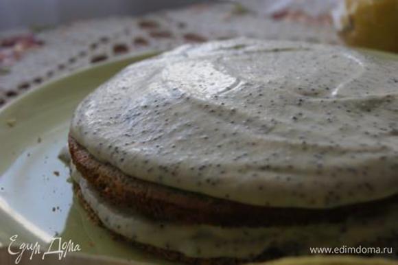 На корж выложить крем, накрыть вторым коржом. Весь торт смазать кремом.