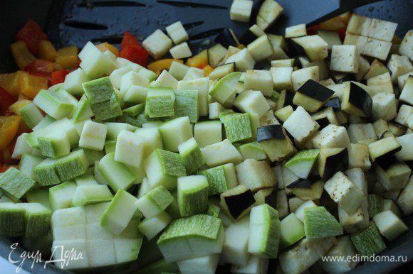 Добавить нарезанные кабачки и баклажаны. Все овощи режем небольшим кубиком со стороной примерно 0,5 см. Обжаривать все вместе 5 минут, непрерывно помешивая.