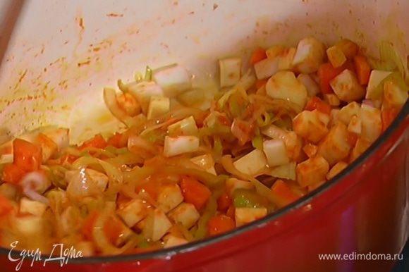 Нарезанные пастернак, корень и стебель сельдерея выложить в кастрюлю с овощами и, помешивая, слегка обжарить.