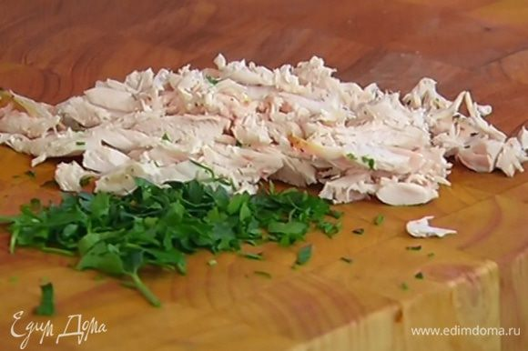 Куриное мясо нарезать небольшими полосками.