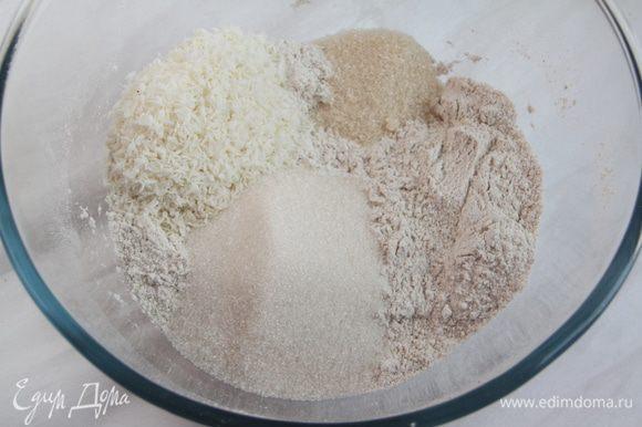 Добавить ванильный сахар, сахарный песок и кокосовую стружку. Перемешать.