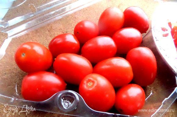 Черри (можно обычные томаты!) промываем...