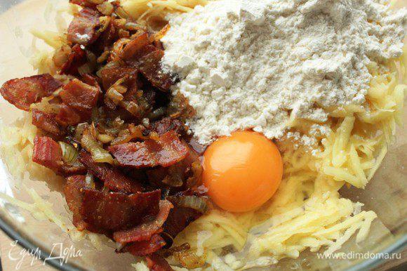 Соединить картофель с беконом, яйцом и мукой. Посолить, добавить сухой майоран, хорошо перемешать.