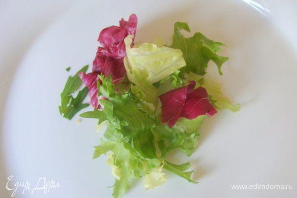На тарелку выложить микс-салат.